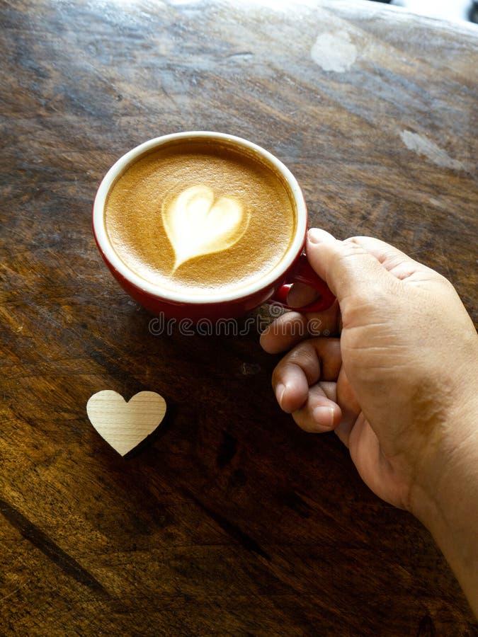 杯爱心脏拿铁艺术咖啡 免版税库存图片