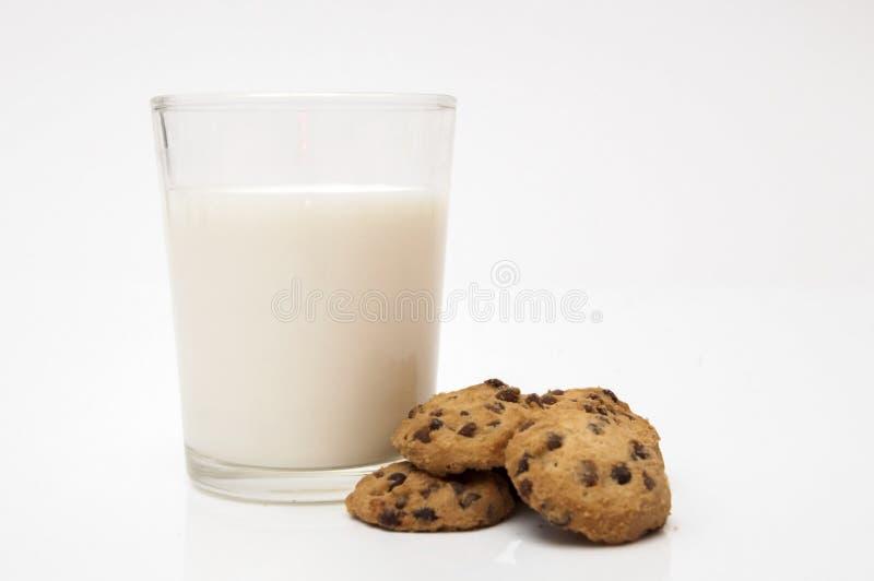 杯牛奶和巧克力曲奇饼 免版税库存图片