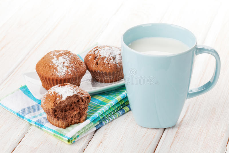 杯牛奶和蛋糕 库存照片