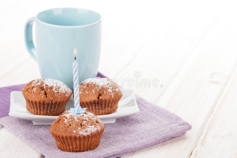 杯牛奶和蛋糕 免版税库存图片