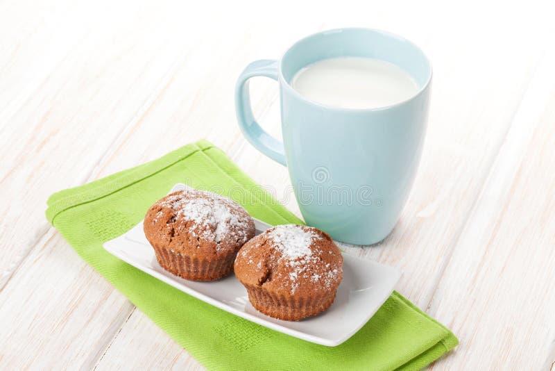 杯牛奶和蛋糕 免版税库存照片