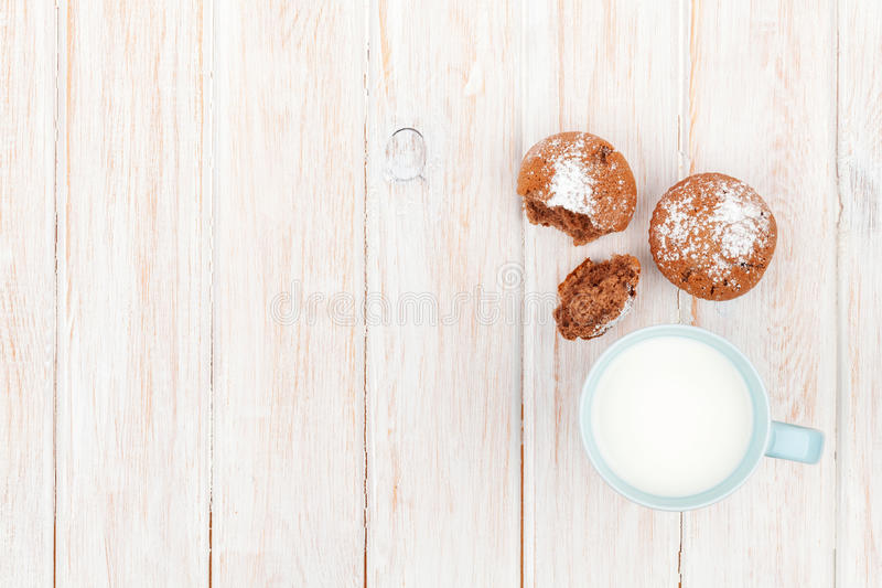 杯牛奶和蛋糕 图库摄影
