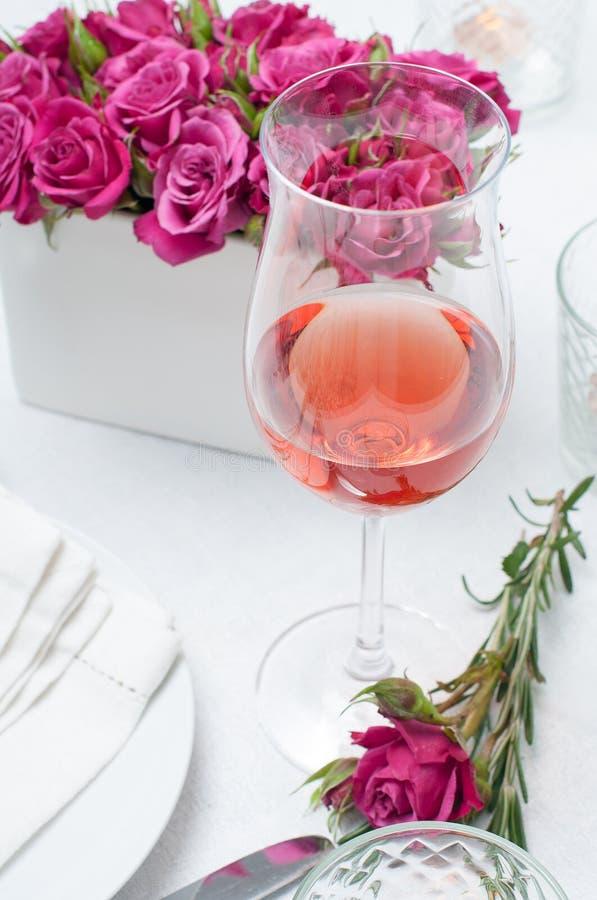 杯玫瑰酒红色和与桃红色ro的欢乐餐桌设置 免版税库存图片