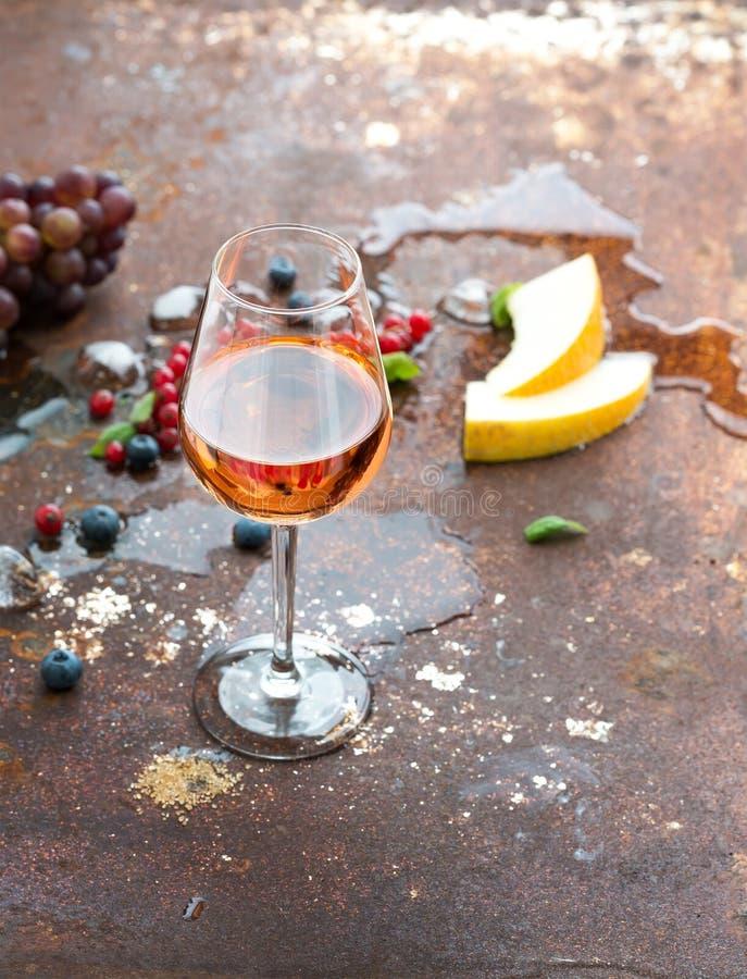 杯玫瑰酒红色用莓果,瓜,葡萄和 库存图片