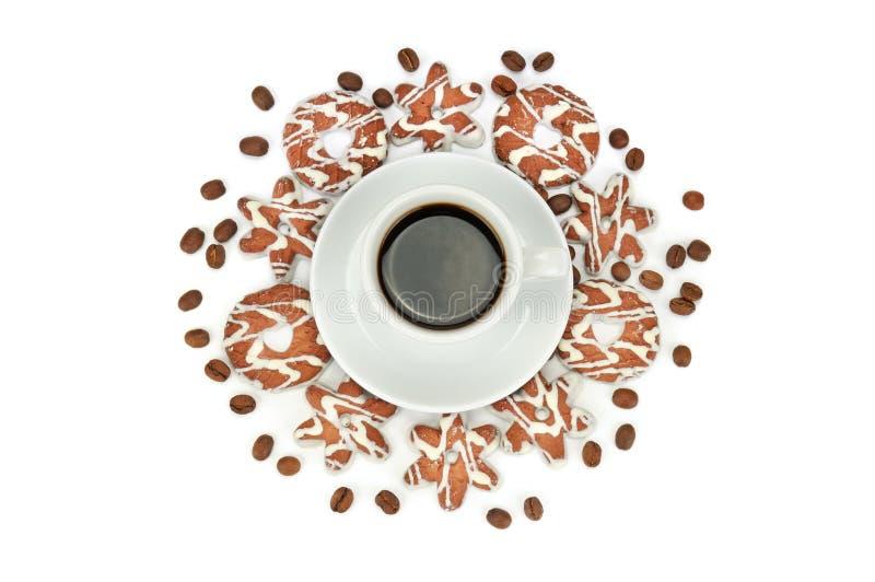 杯用咖啡、在白色背景隔绝的豆咖啡和饼干 r 免版税库存图片
