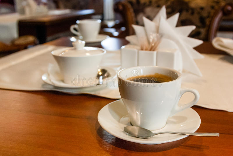 杯用在服务桌上的咖啡 库存图片