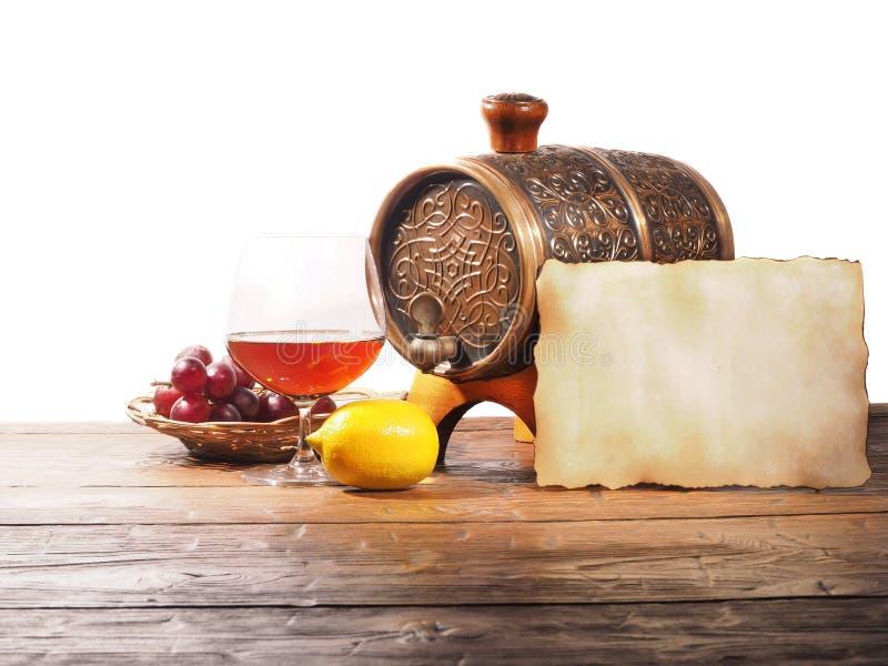 杯白兰地酒,桶,在白色背景的老纸 图库摄影
