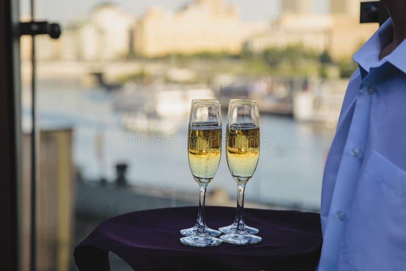 杯白葡萄酒,反射城市地平线 库存照片
