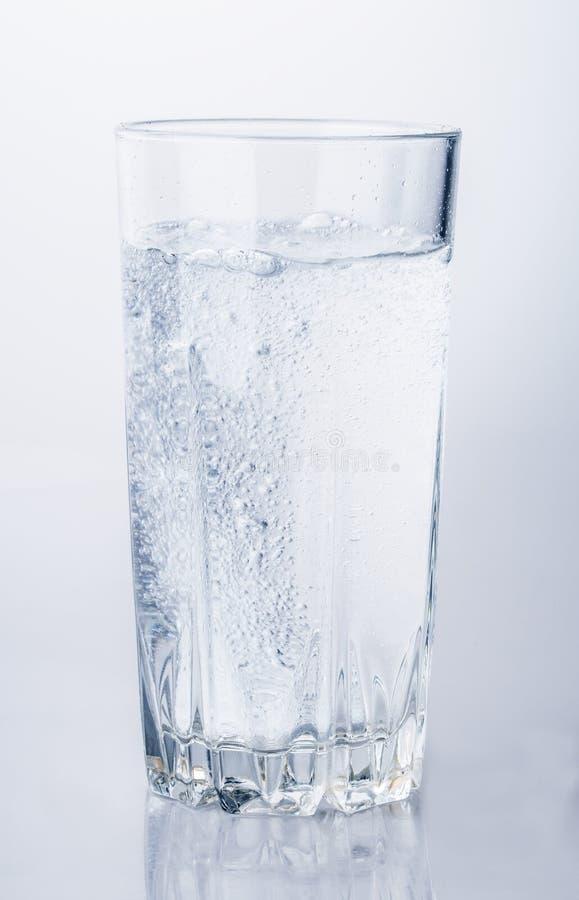 杯矿泉水泡影 免版税库存照片