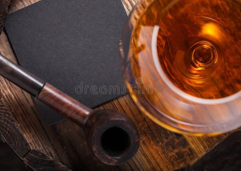 杯科涅克白兰地白兰地酒饮料和葡萄酒烟斗在顶部 免版税库存图片