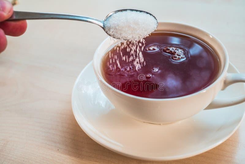 杯红茶和匙子用糖 库存图片