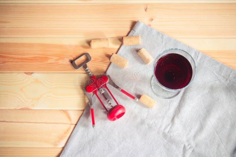 杯红葡萄酒、酒黄柏和拔塞螺旋 库存图片