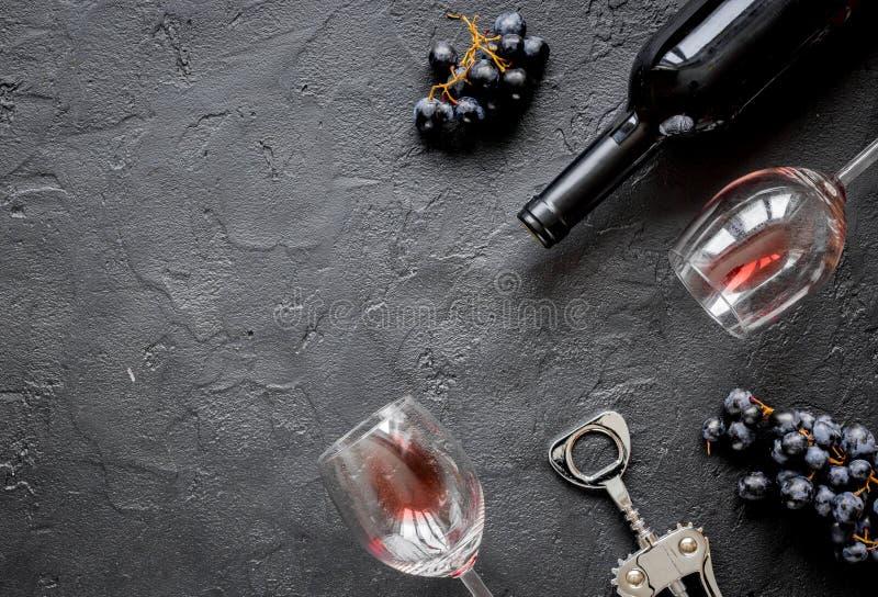 杯红葡萄酒和瓶在黑暗的背景顶视图大模型 免版税库存照片