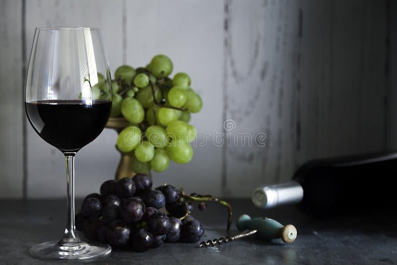 杯红酒酒瓶和拔塞螺旋 库存照片
