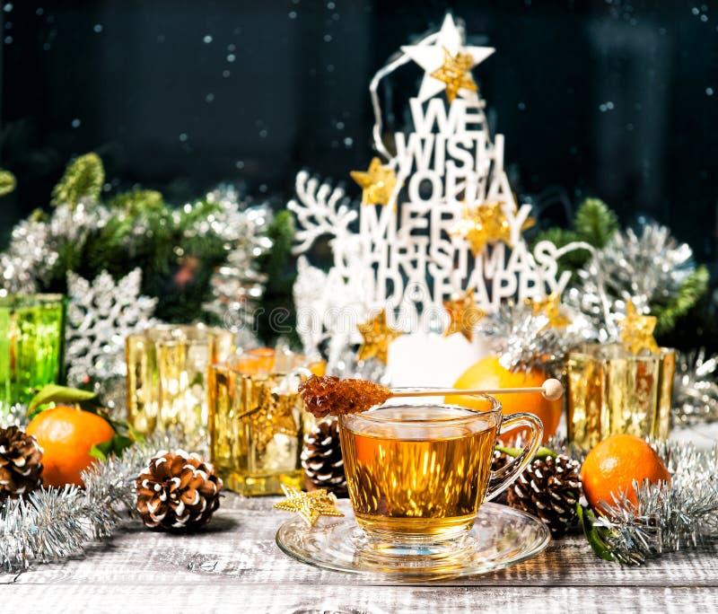 杯茶窗口装饰圣诞节装饰品食物饮料 免版税库存照片