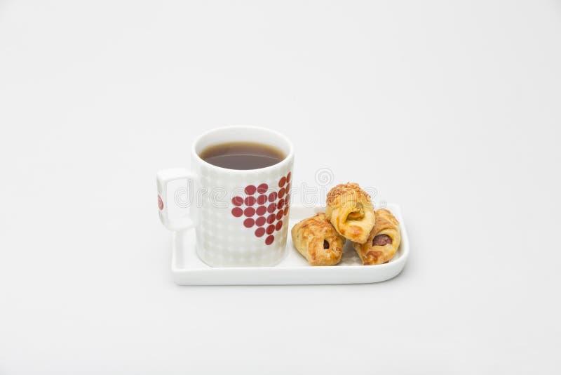 杯茶黑色白色红色和曲奇饼 免版税库存照片