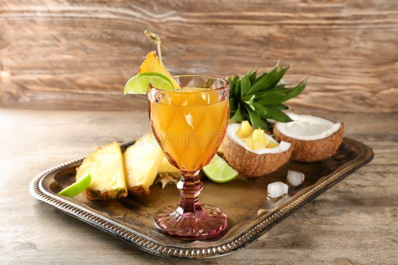杯菠萝汁用在金属盘子的切的果子 库存照片