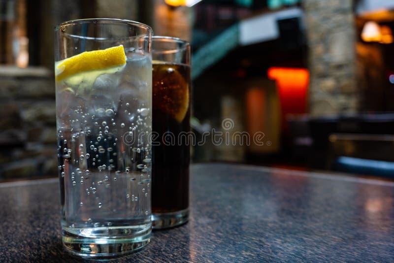 杯补品和可乐在爱尔兰客栈 库存图片