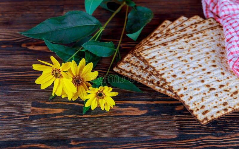 杯逾越节matzah特写镜头 由后面照的被弄脏的matzah纹理在背景中 免版税库存图片