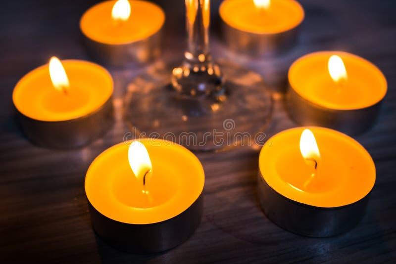 杯酒和蜡烛 库存照片
