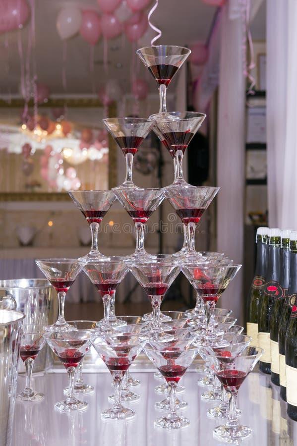 杯金字塔香槟和樱桃,玻璃 库存图片