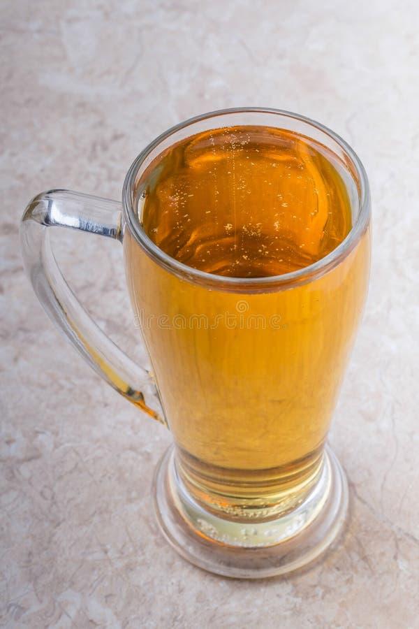 杯顶视图在石背景的啤酒 库存图片