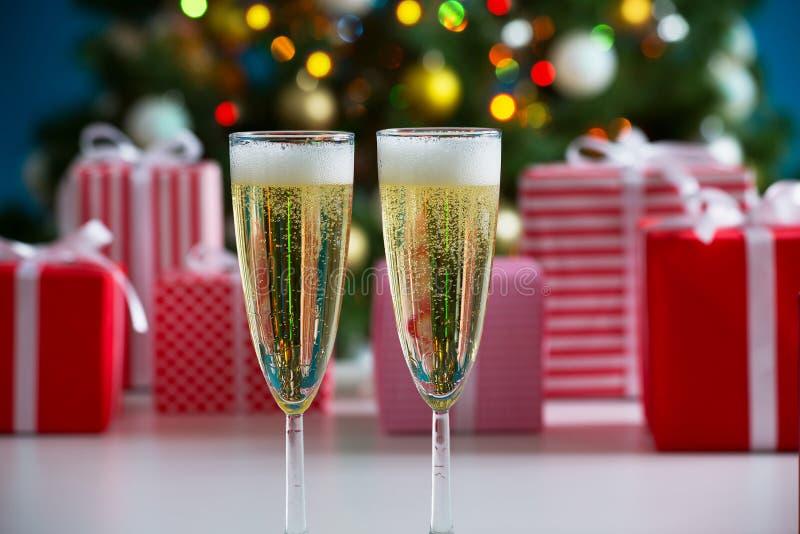 Download 杯香槟和圣诞节礼物 库存图片. 图片 包括有 酒精, 附注, 正餐, 金黄, 牌照, 金子, 绿色, 欢乐 - 62533089