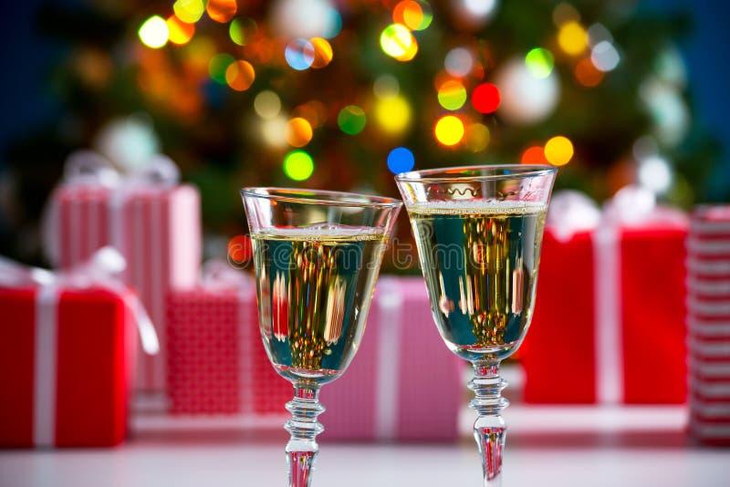Download 杯香槟和圣诞节礼物 库存图片. 图片 包括有 酒精, 浪漫, 绿色, 装饰品, 香槟, 圣诞节, 水晶, 豪华 - 62533163