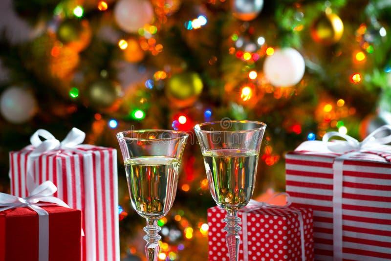 Download 杯香槟和圣诞节礼物 库存图片. 图片 包括有 豪华, 酒精, 棚车, 装饰, 牌照, 绿色, 欢乐, 祝贺 - 62533195