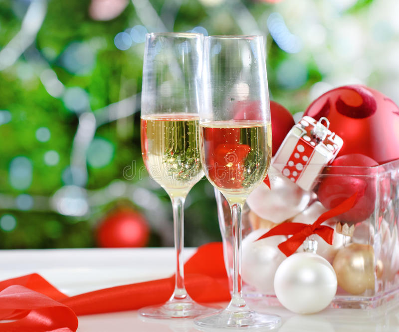 杯香槟和圣诞节装饰 免版税图库摄影