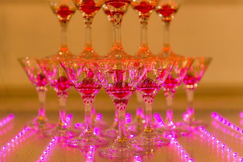 杯香槟和樱桃在桃红色光 库存照片