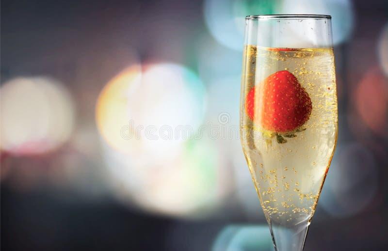 杯香槟用在弄脏的草莓 免版税库存图片