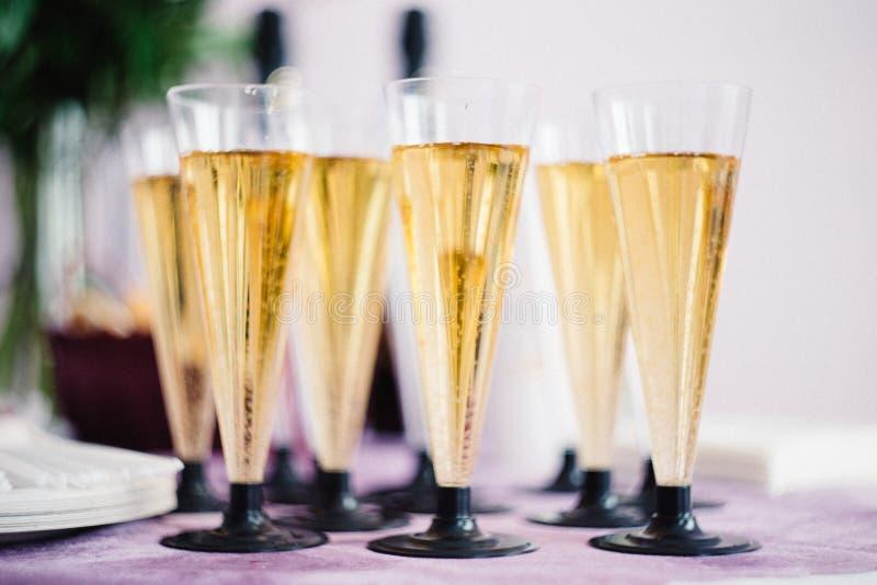 杯香槟,欢乐桌装饰概念 新年或圣诞节概念 免版税库存照片