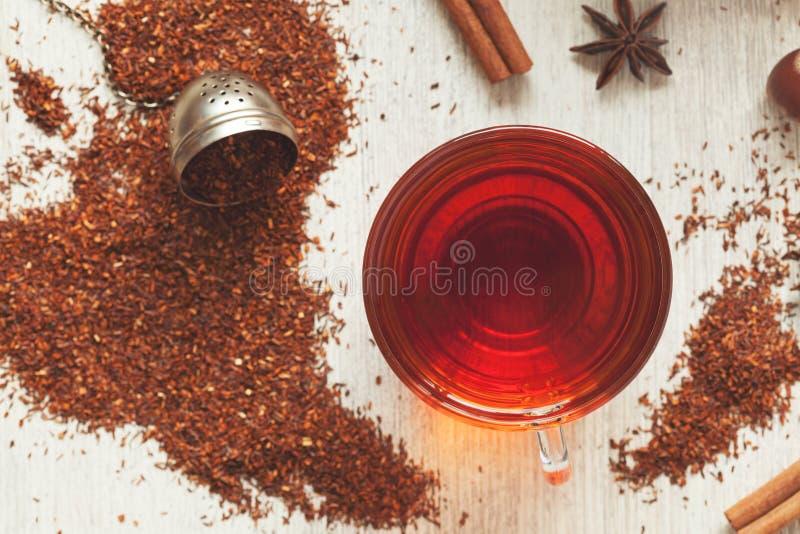 杯鲜美有机草本rooibos红色茶与 免版税库存照片