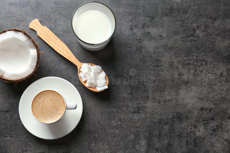杯鲜美椰子咖啡、坚果和匙子用黄油 免版税库存照片