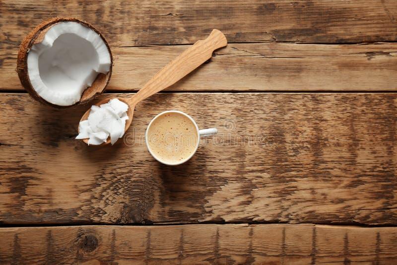 杯鲜美椰子咖啡和匙子用黄油 库存图片