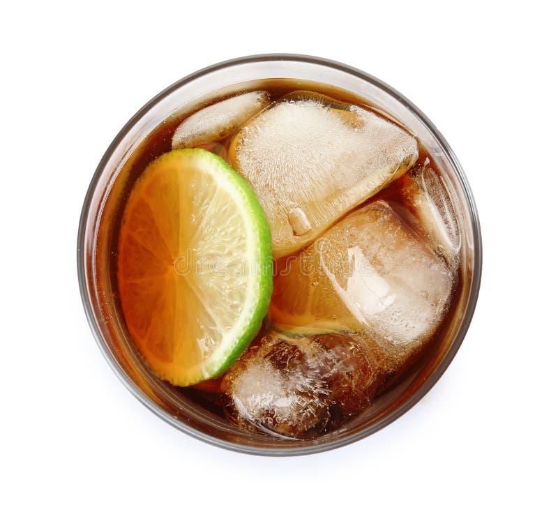 杯鸡尾酒用可乐、冰和被切开的石灰在白色,顶视图 免版税库存照片