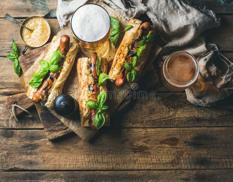 杯麦子未过滤的啤酒和自创烤香肠狗 库存图片