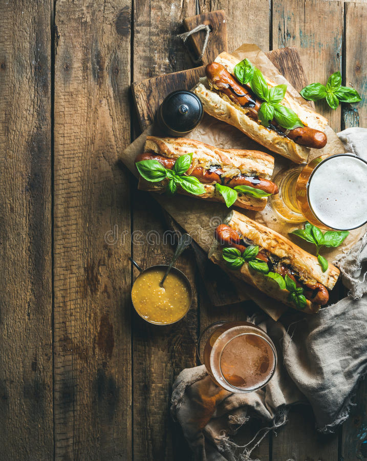 杯麦子未过滤的啤酒和自创烤香肠狗 免版税图库摄影