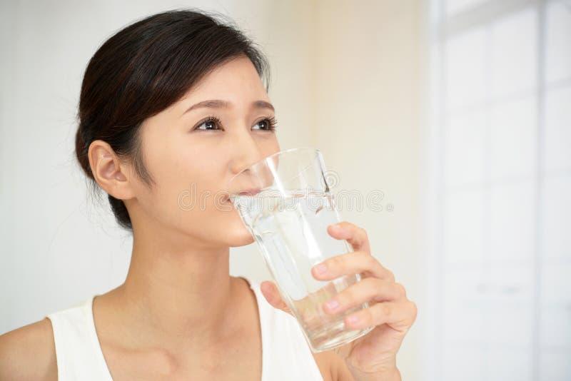 水杯水妇女 免版税库存图片