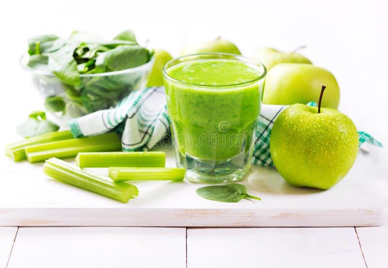 杯绿色汁液用苹果和菠菜 库存图片