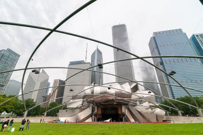 杰伊Pritzker音乐亭子是其中一首要的室外圆形露天剧场在芝加哥,在中心位于千禧公园 库存照片