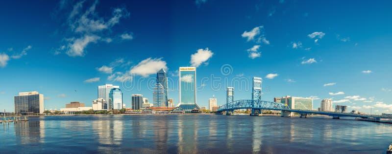 杰克逊维尔, FL - 2016年1月:城市地平线全景  库存图片