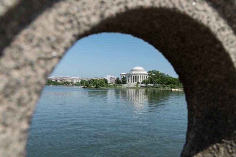 杰斐逊纪念品的看法通过一座石桥梁 免版税库存照片