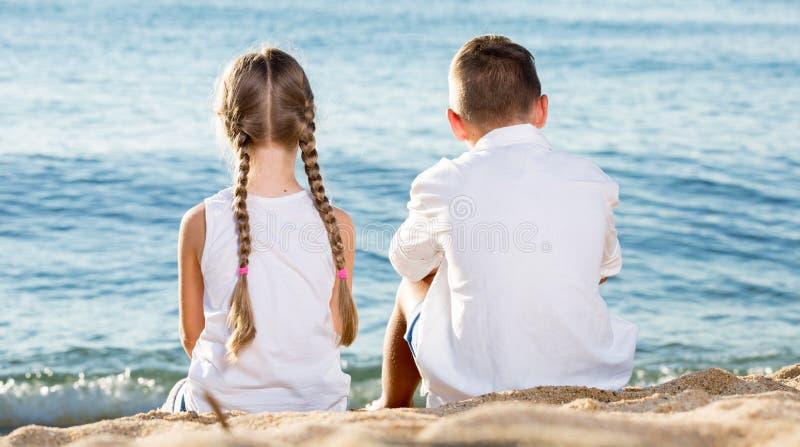 松劲的男孩和的女孩  免版税库存图片