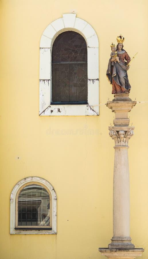 松博特海伊、匈牙利、圣洁雕象和两个窗口 免版税库存图片
