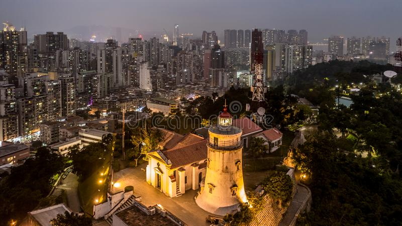 松山灯塔、堡垒和教堂,鸟瞰图在晚上,澳门 免版税库存图片