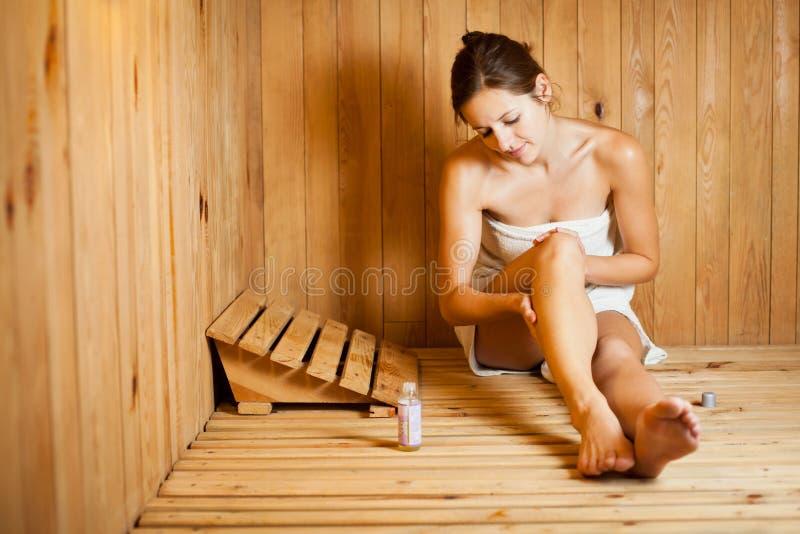 松弛蒸汽浴妇女 免版税库存图片