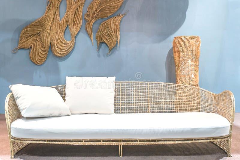 松弛藤条沙发在客厅 图库摄影