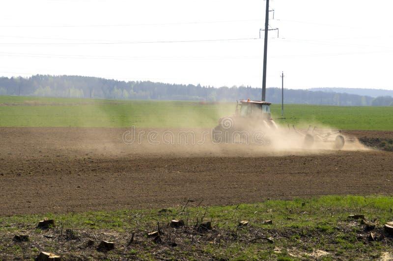 松懈由一台拖拉机的土壤在早期的春天 免版税图库摄影
